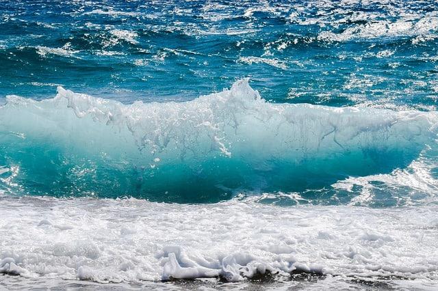 wave-smashing-foam-spray-sea-water